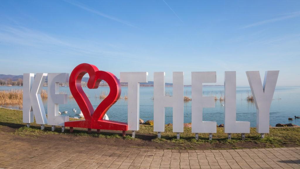 Keszthely, 2018. január 7. A keszthelyi városi strand melletti sétaút Keszthely város név feliratával, háttérben a Balaton.  MTVA/Bizományosi: Faludi Imre  *************************** Kedves Felhasználó! Ez a fotó nem a Duna Médiaszolgáltató Zrt./MTI által készített és kiadott fényképfelvétel, így harmadik személy által támasztott bárminemû – különösen szerzõi jogi, szomszédos jogi és személyiségi jogi – igényért a fotó készítõje közvetlenül maga áll helyt, az MTVA felelõssége e körben kizárt.