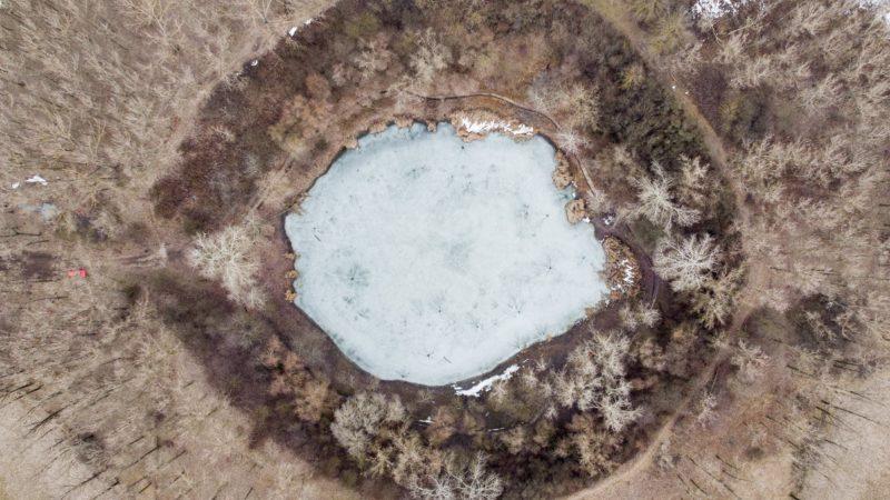 Nagyhegyes, 2019. február 4. Az 1961-es gázkitörés nyomán létrejött, befagyott Kráter-tó a Hajdú-Bihar megyei Nagyhegyes közelében 2019. február 4-én. MTI/Czeglédi Zsolt