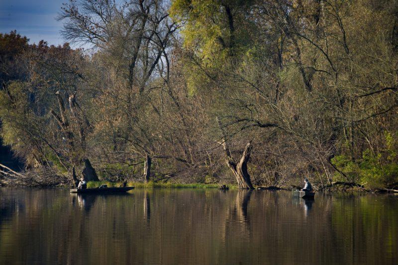Mártély, 2010. november 1. Horgászok kapásra várnak csónakjukban az ország egyik legszebb természetvédelmi területén, a Mártély melletti Holt-Tiszán. A Csongrád megyei kis település, Mártély melletti üdülõövezet ilyenkor is kedvelt célpontja kirándulóknak és horgászoknak egyaránt. MTI Fotó: Rosta Tibor