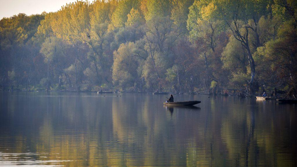 Mártély, 2011. október 29. Csónakban ülõ horgász az ország egyik legszebb természetvédelmi területén, a mártélyi Holt-Tiszán. A Csongrád megyei kis település, Mártély melletti üdülõövezet ilyenkor is kedvelt célpontja kirándulóknak és horgászoknak egyaránt. MTI Fotó: Rosta Tibor