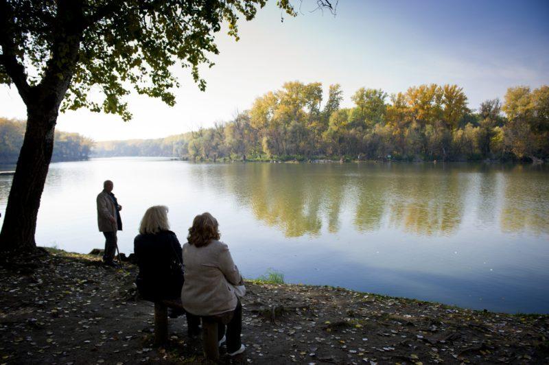 Mártély, 2011. október 29. Emberek pihennek az ország egyik legszebb természetvédelmi területén, a mártélyi Holt-Tisza partján. A Csongrád megyei kis település, Mártély melletti üdülõövezet ilyenkor is kedvelt célpontja kirándulóknak és horgászoknak egyaránt. MTI Fotó: Rosta Tibor