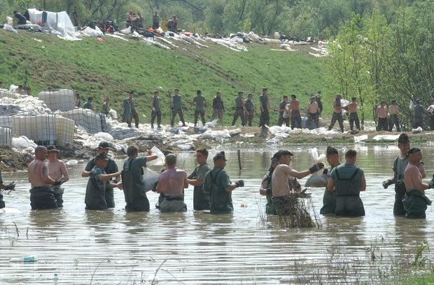 Árvíz elleni védekezés a Csépa melletti gáton. Fotó: Tésik Attila