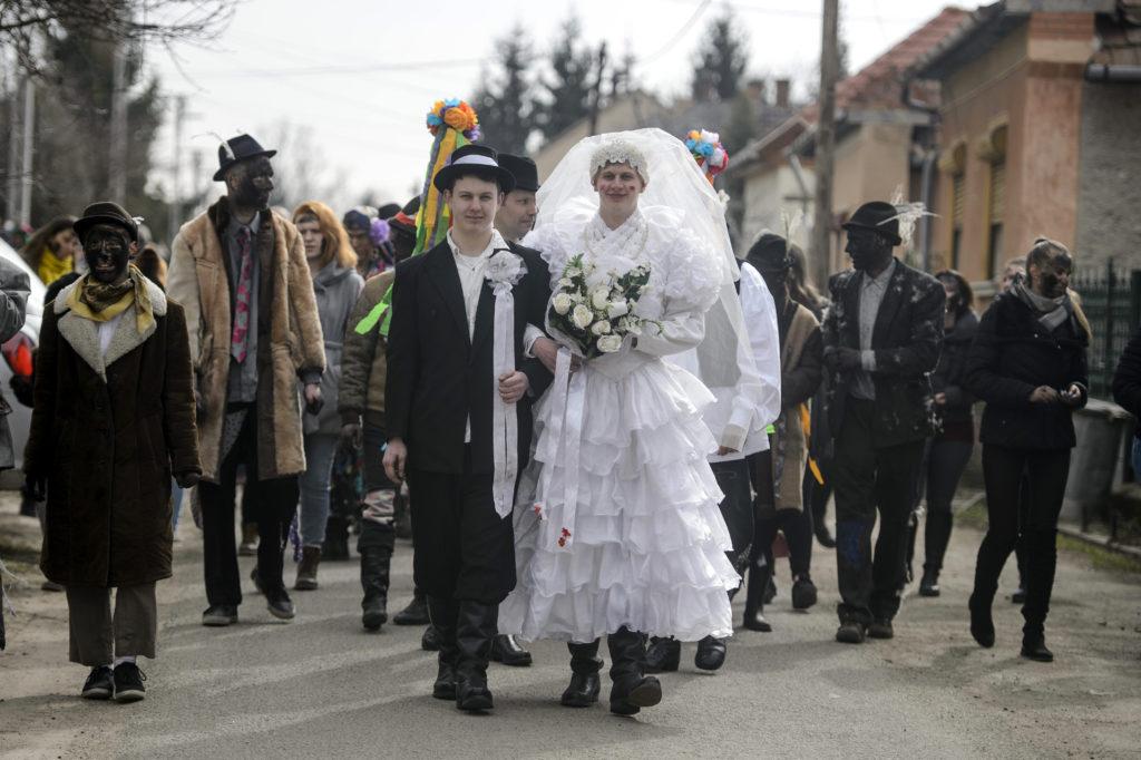 Novaj, 2018. március 2. A remélés elnevezésû népszokás Novajon 2019. március 2-án. A remélés a farsang végéhez köthetõ téltemetõ, tavaszváró népszokás a Heves megyei községben. Az 1800-as évekbõl fennmaradt hagyományt õrzõ, bolondos lakodalmas menet maskarába öltözött, még meg nem házasodott legényei csörömpölés és zeneszó kíséretében járják a falu utcáit. Bemennek a lányos házakhoz és bekormozzák az ott lakó fiatal lányok és asszonyok arcát, amiért cserébe kalácsot, tojást és szalonnát kapnak. MTI/Komka Péter