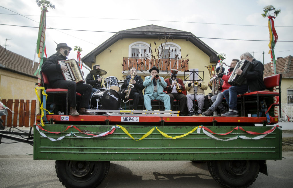 Novaj, 2018. március 2. Zenekar játszik a remélésen Novajon 2019. március 2-án. A remélés a farsang végéhez köthetõ téltemetõ, tavaszváró népszokás a Heves megyei községben. Az 1800-as évekbõl fennmaradt hagyományt õrzõ, bolondos lakodalmas menet maskarába öltözött, még meg nem házasodott legényei csörömpölés és zeneszó kíséretében járják a falu utcáit. Bemennek a lányos házakhoz és bekormozzák az ott lakó fiatal lányok és asszonyok arcát, amiért cserébe kalácsot, tojást és szalonnát kapnak. MTI/Komka Péter