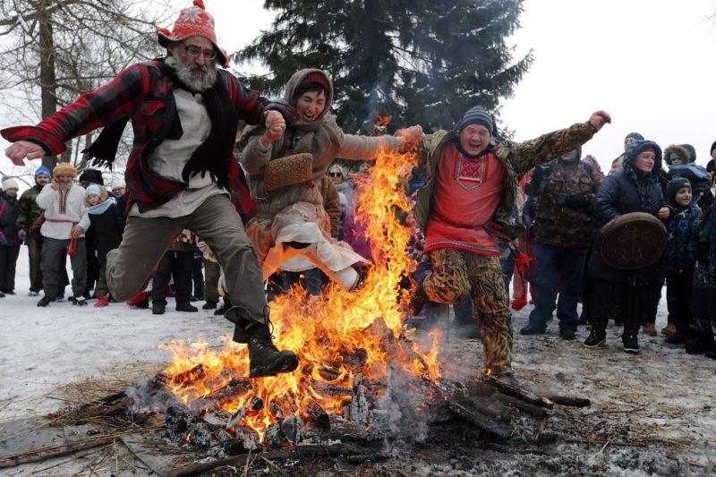 Szentpétervár, 2017. február 25. Népviseletbe öltözött orosz hagyományõrzõk tûzugró szertartáson vesznek részt a Maszlenyica télbúcsúztató ünnepen Szentpéterváron 2017. február 25-én. Oroszországban, Fehéroroszországban és Ukrajnában az ószláv hagyományoknak megfelelõen a nagyböjt idején szabadtéri mulatozásokkal köszöntik a tavaszt. A Maszlenyica tavaszváró mozgóünnep ideje az ortodox naptár által kijelölt nagyböjti idõszakhoz és a húsvéthoz igazodik. (MTI/EPA/Anatolij Malcev)