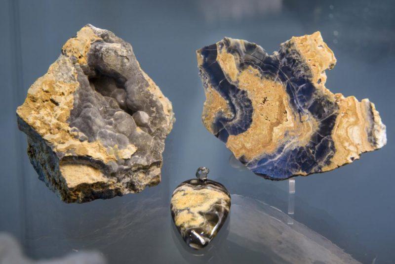 Mátraszentimre, 2019. április 17. Fekete aragonit látható a Mátra Ásványházban Mátraszentimrén 2019. április 17-én. A múzeum vitrinjeiben közel 1600 ásványt és ásványtársulást, valamint 150 õsmaradványt láthatnak az érdeklõdõk. MTI/Komka Péter