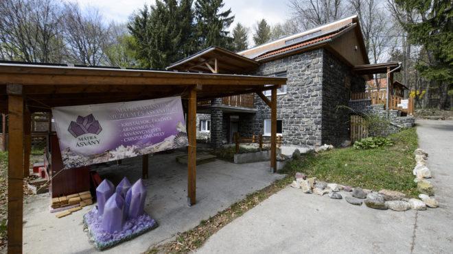 Mátraszentimre, 2019. április 17. A Mátra Ásványház Mátraszentimrén 2019. április 17-én. A múzeum vitrinjeiben közel 1600 ásványt és ásványtársulást, valamint 150 õsmaradványt láthatnak az érdeklõdõk. MTI/Komka Péter