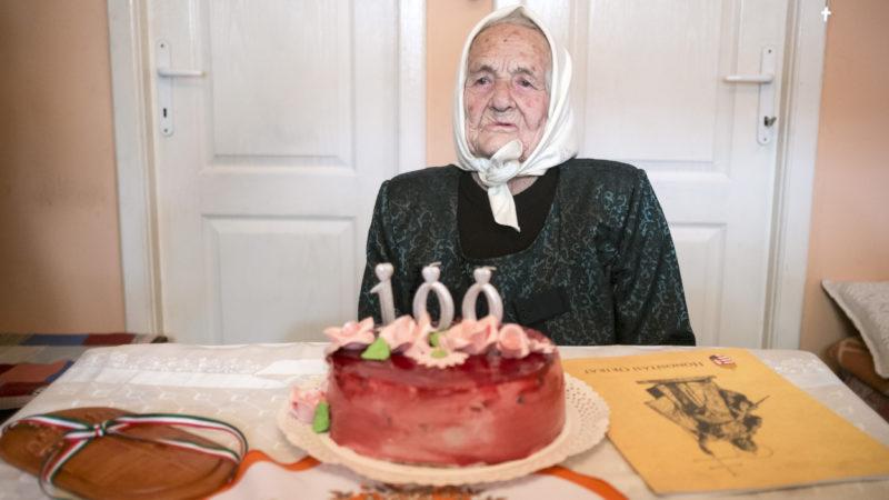 Csíkszépvíz, 2019. április 23. Az ezen a napon százéves Geréd Margit, elõtte a magyar állampolgárságot igazoló Honosítási Okirat (j) és a születésnapi tortája a közigazgatásilag az erdélyi Csíkszépvízhez tartozó csíkborzsovai otthonában 2019. április 23-án. A szintén Csíkszépvízhez tartozó Csíkszentmiklóson 1919-ben magyar állampolgárként született Marcsa néni az 1920-as trianoni békediktátummal elvesztette magyar állampolgárságát, az 1940-es második bécsi döntéssel másodszorra is megkapta, majd az 1947-es párizsi békeszerzõdéssel újra elvesztette azt. Geréd Margit a századik születésnapján vehette át a magyar Honosítási Okiratot és lett újra magyar állampolgár, kettõs állampolgársággal. MTI/Veres Nándor