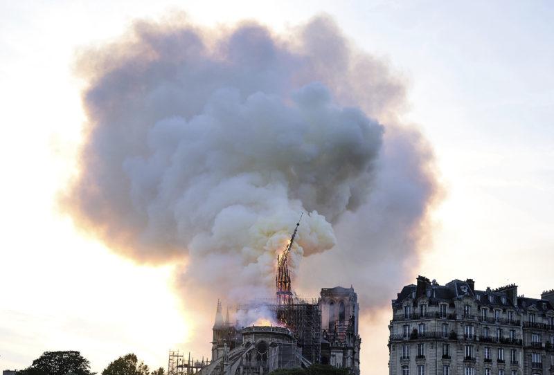 Párizs, 2019. április 16. Összeomlik a lángoló párizsi Notre Dame székesegyház tornya 2019. április 15-én. A lángok a restaurálási munkálatokhoz felállított állványzaton keletkeztek és onnan terjedtek tovább. A tûz következtében összeomlott az épület huszártornya és odaveszett teljes tetõszerkezete. MTI/AP/Diana Ayanna