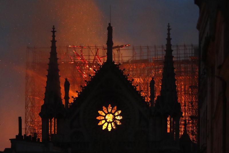 Párizs, 2019. április 16. Tûz emészti a párizsi Notre-Dame székesegyházat 2019. április 15-én. A lángok a restaurálási munkálatokhoz felállított állványzaton keletkeztek és onnan terjedtek tovább. A tûz következtében összeomlott az épület huszártornya és odaveszett teljes tetõszerkezete. MTI/AP/Thibault Camus