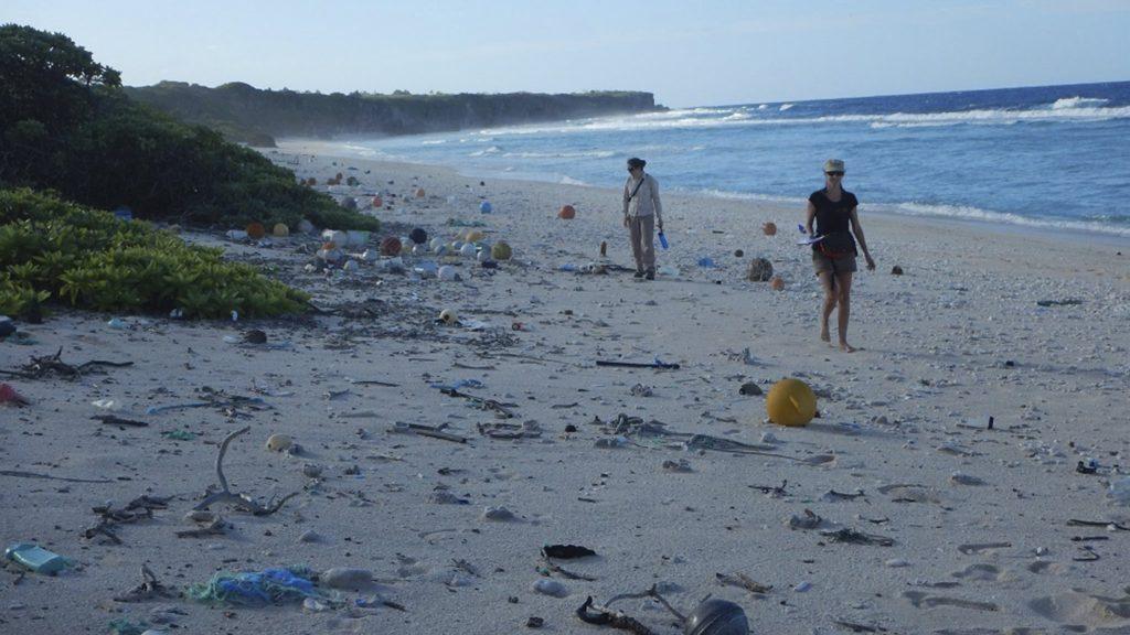 Henderson-sziget, 2017. május 16. A tengeri és sarkvidékkutató intézet (IMAS) által 2017. május 16-án közreadott dátummegjelölés nélküli képen szeméthalom borítja a Henderson-sziget keleti partját. A világ egyik leginkább elhagyatott helyérõl kiderült, hogy az egyik legszennyezettebb, 18 tonna, 38 millió darab szemetet találtak a szigeten, ami egyébként egy lakatlan atoll. A hulladék 99,8 százaléka mûanyag, ennek 68 százaléka pedig nem is látszik elsõre, mert már a föld alatt van. Naponta 13000 új szemétdarabot mos partra az óceán. (MTI/EPA/IMAS/Jennifer Lavers)