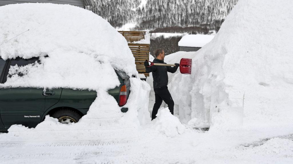 Tromsö, 2019. április 1. Hans Otto Larsen havat takarít háza elõtt, a norvégiai Tromsöben 2019. április 1-jén. A nagy havazás eredményeképpen a hó vastagsága a 158 centimétert is eléri az ország északi részén. MTI/EPA/NTB SCANPIX/Rune Stoltz Bertinussen