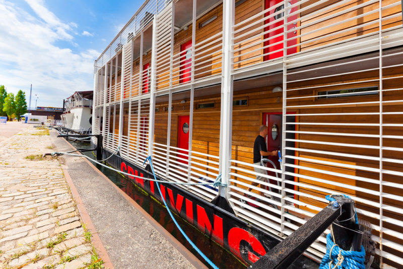 Hotel CPHLIVING  - et anderledes flydende hotel, der tilbyder et unik ophold i centrum af København.  Hotel båden ligger i Københavns centrum. Det giver mulighed for både at være tæt på byens puls og slappe af ved vandet. Fra dit værelse ser du Københavns rådhus og skibe der passerer forbi.  Nyd byens flotteste udsigt til lyden af måger medens du slapper af i liggestolen på det store soldæk .