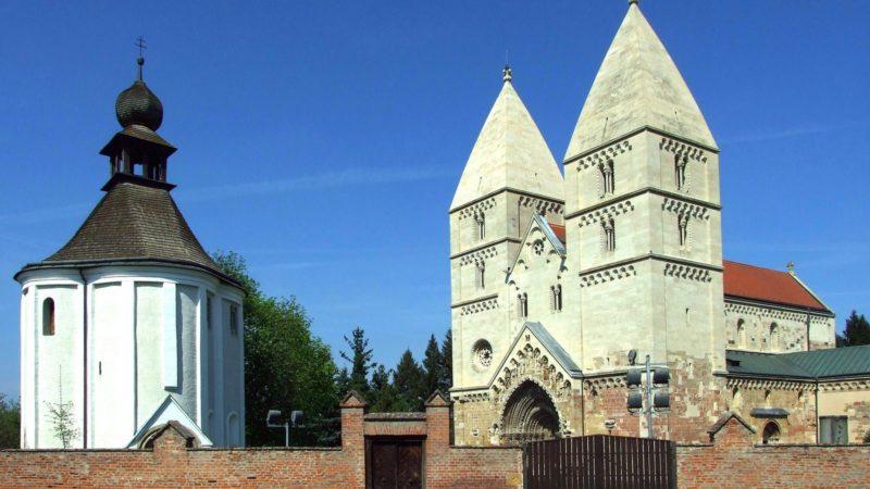 Ják, 2018. április 20. A jáki templom, az egykori jáki bencés apátság 1256-ban Szent György tiszteletére felszentelt bazilikája, a magyarországi román stílusú építészet kiemelkedõ alkotása (j). Vele szemben a Szent Jakab-kápolna. MTVA/Bizományosi: Jászai Csaba  *************************** Kedves Felhasználó! Ez a fotó nem a Duna Médiaszolgáltató Zrt./MTI által készített és kiadott fényképfelvétel, így harmadik személy által támasztott bárminemû – különösen szerzõi jogi, szomszédos jogi és személyiségi jogi – igényért a fotó készítõje közvetlenül maga áll helyt, az MTVA felelõssége e körben kizárt.