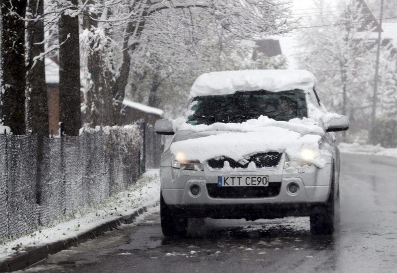 Zakopane, 2019. május 14. Vastag hóval borított autó a lengyelországi Zakopanében 2019. május 14-én. MTI/EPA-PAP/Grzegorz Momot MTI/EPA/PAP/Grzegorz Momot
