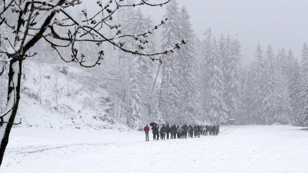 Zakopane, 2019. május 14. Hóesésben sétálnak emberek a lengyelországi Zakopanében 2019. május 14-én. MTI/EPA-PAP/Grzegorz Momot MTI/EPA/PAP/Grzegorz Momot