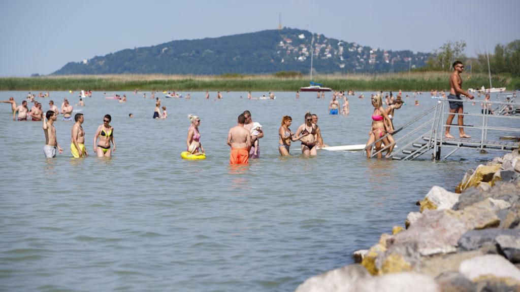 Balatonfenyves, 2019. június 10. Fürdõzõk a vízben a balatonfenyvesi szabadstrandon 2019. június 10-én. MTI/Varga György