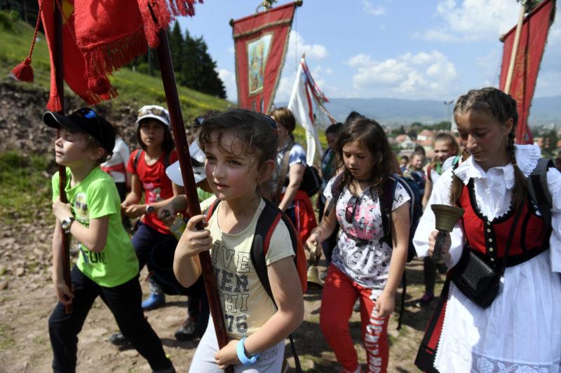 Csíksomlyó, 2019. június 8. Zarándokok tartanak a Kis- és Nagysomlyó közti nyeregbe a csíksomlyói búcsú miséjére Csíksomlyón 2019. június 8-án. MTI/Koszticsák Szilárd