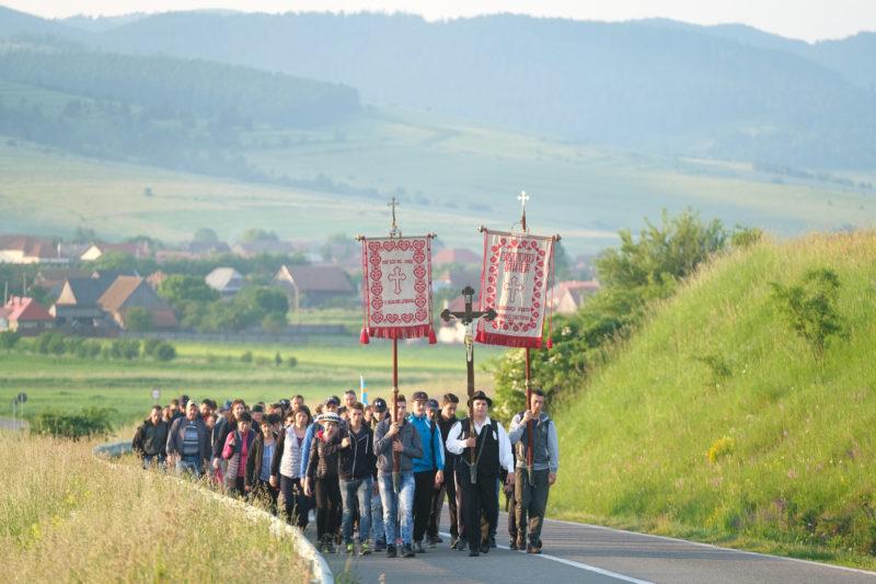 Csíkszentgyörgy, 2019. június 8. Csíkszentgyörgyi zarándokok tartanak a csíksomlyói búcsúba pünkösd szombatjának reggelén 2019. június 8-án. MTI/Veres Nándor