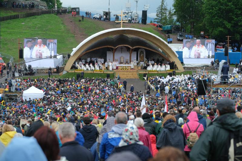 Csíksomlyó, 2019. június 1. Ferenc pápa szentmisét pontifikál a csíksomlyói hegynyeregben, Erdélyben 2019. június 1-jén. A katolikus egyházfõ háromnapos pasztorális és ökumenikus apostoli látogatáson vesz részt Romániában. MTI/Veres Nándor