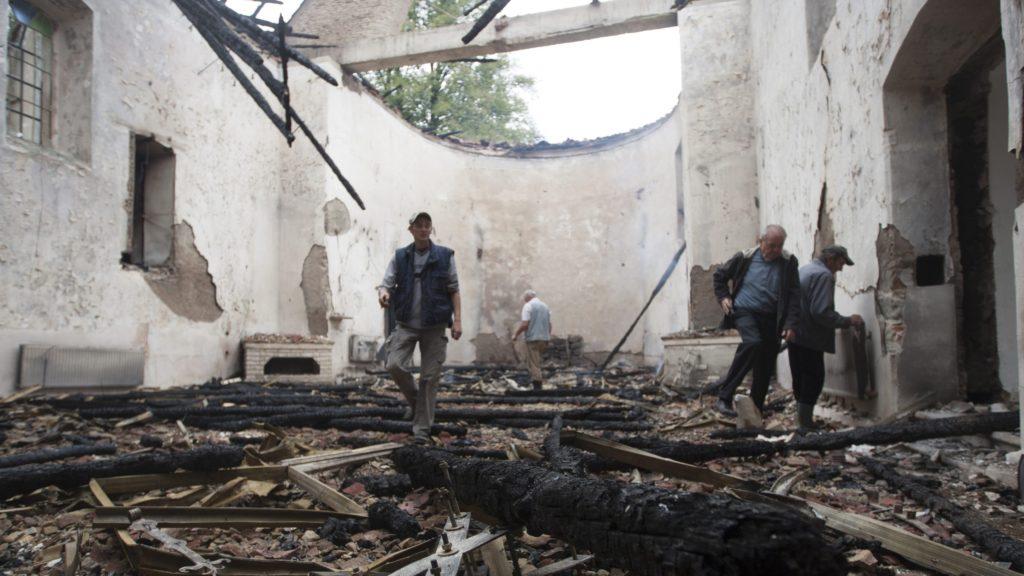 Atyha, 2016. szeptember 19. Leégett római katolikus templom maradványai a székelyföldi Atyhában 2016. szeptember 19-én. A templomépület villámcsapás következtében gyulladt ki és égett le. A lángok olyan gyorsan elterjedtek, hogy - noha a plébános és a harangozó is a templomban tartózkodott a villámcsapás idején - a templom értékei közül csak a szentségtartót és néhány miseruhát tudtak kimenteni. MTI Fotó: Haáz Sándor