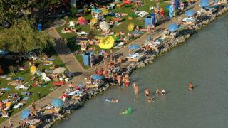 Balatonfüred, 2009. augusztus 21. Strandolók a Balaton északi partján, a Veszprém megyei Balatonfüreden. MTI Fotó: H. Szabó Sándor