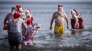 Bakken, 2019. július 23. Az évenkénti Mikulás-kongresszus résztvevõinek hagyományos fürdõzése a Koppenhágától északra fekvõ Bakken tengerpartján 2019. július 23-án. A több mint 60 éves múltra visszatekintõ rendezvényre a világ számos országából érkeznek Télapók. MTI/EPA