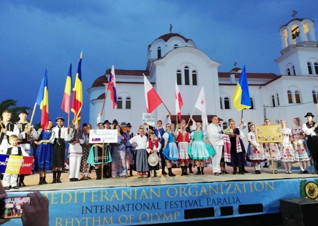 Beszakadt a színpad a kalocsai néptáncosok alatt Görögországban
