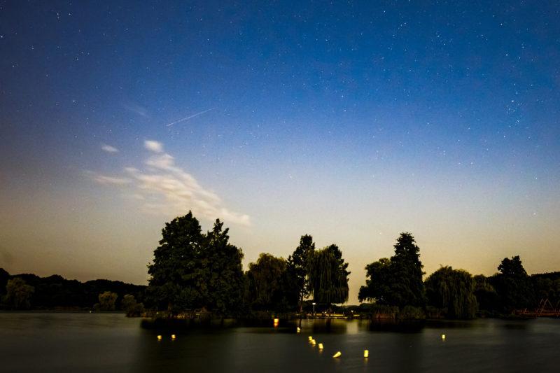 Nagykanizsa, 2019. augusztus 13. Meteor az égbolton a nagykanizsai Csónakázó-tó felett 2019. augusztus 13-ra virradóan. A Föld belépett a Perseida meteorraj összetevõit alkotó 109P/Swift-Tuttle üstökös pályája mentén szétszórt porfelhõbe. A Perseidák az egyik legismertebb, sûrû csillaghullást elõidézõ meteorraj. MTI/Varga György