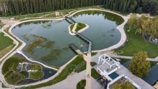 Zalakaros, 2019. augusztus 20. A zalakarosi termáltó 2019. augusztus 19-én. A tóból az alatta húzódó vízelvezetõ rendszer sérülése miatt 2018 májusában elfolyt a víz. A hibát kijavították, megkezdték a meder feltöltését. MTI/Varga György