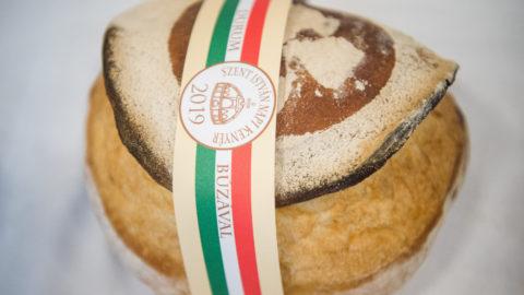 Budapest, 2019. július 31. A Szent István-napi kenyér, a Pedró Pékség Szerencsetarsoly kenyere az augusztus 20-i ünnepi rendezvények szervezõinek sajtótájékoztatóján az Országház Vadásztermében 2019. július 31-én. MTI/Balogh Zoltán
