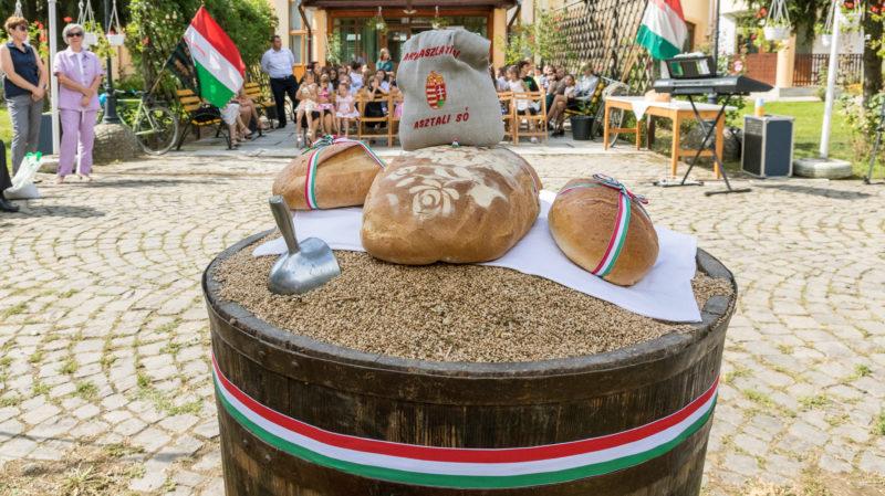 Nagydobrony, 2019. augusztus 10. Kenyerek és só az összeöntött búzán az ungvári járási Nagydobronyban (Velika Dobrony), ahol ünnepélyesen összeöntötték a Magyarok kenyere - 15 millió búzaszem program keretében a kárpátaljai magyar gazdák által összeadott több mint 100 tonna búzát 2019. augusztus 10-én. MTI/Nemes János