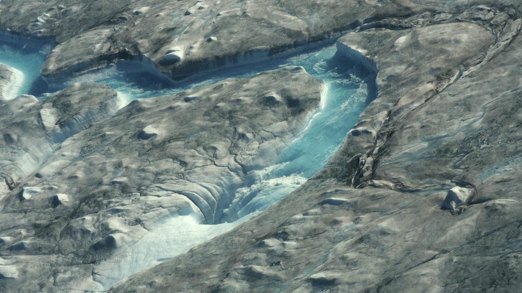 Kangerlussaq, 2019. augusztus 2. Jég megolvadt vizébõl kialakult folyók a Grönland nyugati részén húzódó jégtakarón 2019. augusztus 1-jén, miután a több európai országot egy héttel korábban sújtó hõhullám elérte a szigetet. A víz függõleges kürtõkbe, úgynevezett gleccsermalmokba folyik, amelyekbõl az Atlanti-óceánba ömlik. MTI/AP/InCaspar Haarlov
