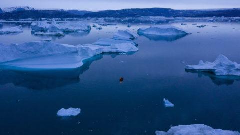 Kulusuk, 2019. augusztus 16. Jéghegyek között egy kis hajó a kelet-grönlandi Kulusuk közelében 2019. augusztus 15-én éjjel. A grönlandi jég olvadása felgyorsult az utóbbi évtizedben. MTI/AP/Felipe Dana