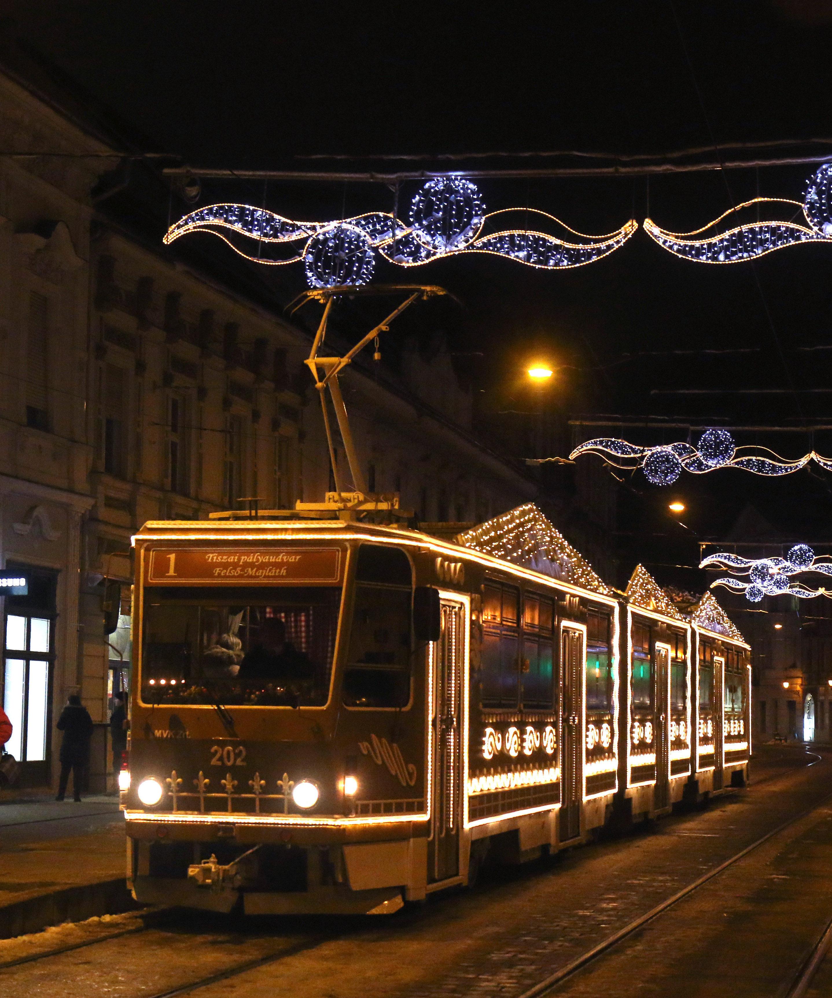 Miskolc, 2019. december 6. A Miskolc Városi Közlekedési Zrt. fényfüzérekkel feldíszített villamosa a miskolci Széchenyi utcán 2019. december 6-án. Az adventi villamosok január 6-ig, vízkeresztig közlekednek. MTI/Vajda János