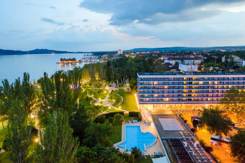 Egy balatonfüredi hotel teraszáról nyílik a legszebb panoráma a Balatonra