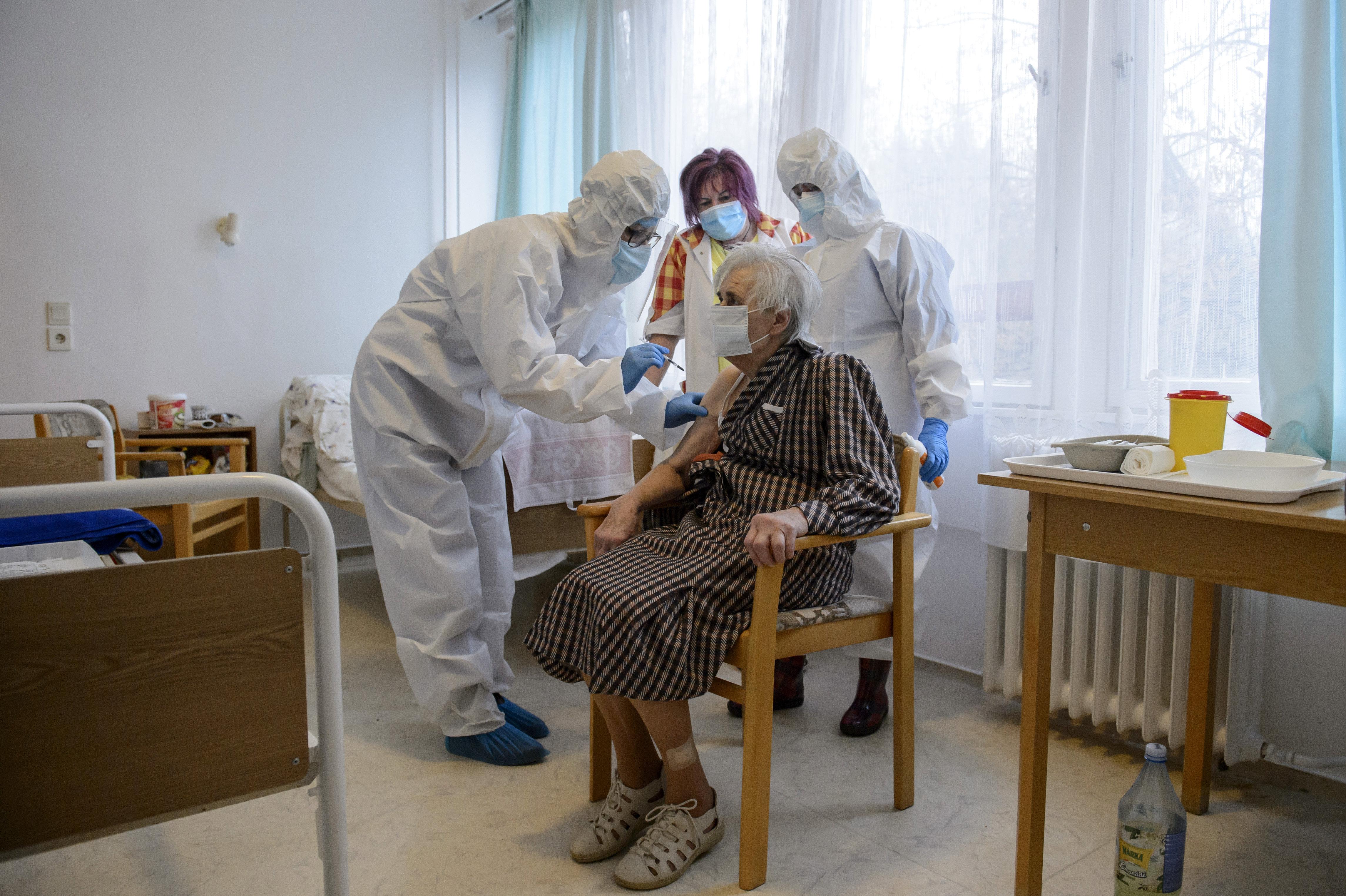 Koronavírus: folyamatosan oltanak az ország idősotthonaiban