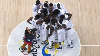 An overview shows the US team celebrating after winning a Men's quarterfinal basketball match between USA and Argentina at the Carioca Arena 1 in Rio de Janeiro on August 17, 2016 during the Rio 2016 Olympic Games. / AFP PHOTO / Andrej ISAKOVIC