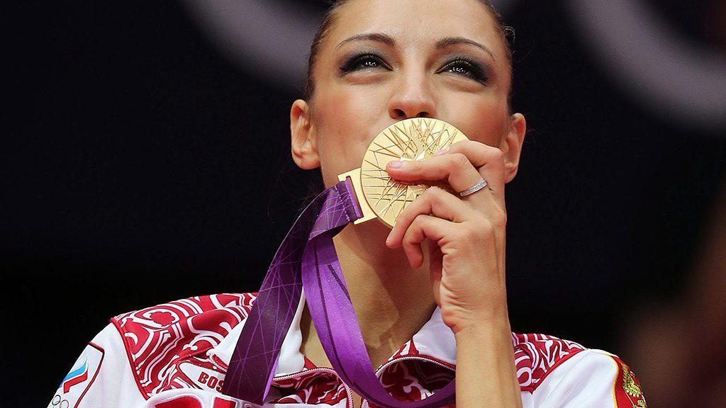 London, 2012. augusztus 11.A címvédő orosz Jevgenyija Kanajeva megcsókolja az aranyérmét, miután győzött a 2012-es londoni nyári olimpián, a ritmikus gimnasztika egyéni összetett döntőjében a Wembley Arénában 2012. augusztus 11-én. (MTI/EPA/Szergej Ilnyickij)
