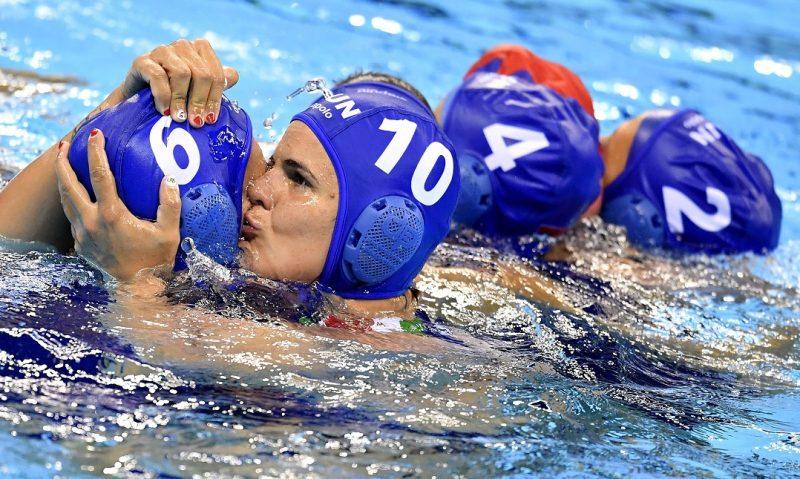 Rio de Janeiro, 2016. augusztus 15. Takács Orsolya (b) és Bujka Barbara a Rio de Janeiró-i nyári olimpia nõi vízilabdatornájának negyeddöntõjében játszott Magyarország - Ausztrália mérkõzés végén az Olimpiai Uszodában 2016. augusztus 15-én. A magyar válogatott 8-8-as döntetlent követõen ötméteresekkel 13-11-re legyõzte az ausztrál csapatot, így készülhet az elõdöntõre. MTI Fotó: Illyés Tibor