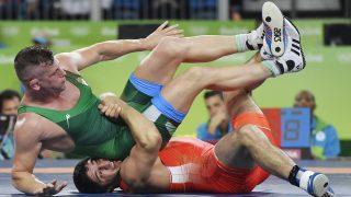 Rio de Janeiro, 2016. augusztus 20. Veréb István (b) és az orosz Abdulrasid Szadulajev a férfi kötöttfogású birkózók 86 kilogrammos súlycsoportjának nyolcaddöntõjében a Rio de Janeiró-i nyári olimpián a 2-es Karióka Arénában 2016. augusztus 20-án. Veréb kikapott, így már csak a vigaszági folytatásban bízhat. MTI Fotó: Illyés Tibor