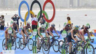 Rio de Janeiro, 2016. augusztus 20. Vanek Margit (b2) és Kovács Zsófia (b3) kerékpározik a Rio de Janeiró-i nyári olimpia nõi triatlonversenyében a Copacabana Erõdnél 2016. augusztus 20-án. MTI Fotó: Czeglédi Zsolt