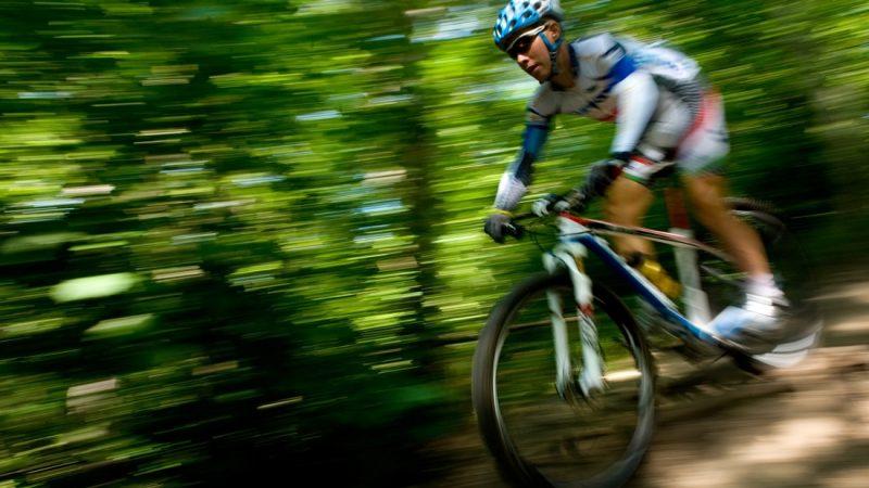 Budapest, 2012. június 7. Parti András, a londoni olimpiára kvótát szerzett hegyikerékpár-versenyzõ száguld a budai hegyekben tartott edzésén. MTI Fotó: Kollányi Péter