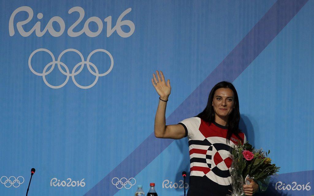 Rio de Janeiro, 2016. augusztus 19. Jelena Iszinbajeva kétszeres olimpiai és háromszoros világbajnok, világcsúcstartó orosz rúdugró, miután bejelentette visszavonulását a Rio de Janeiró-i nyári olimpián tartott sajtótájékoztatóján 2016. augusztus 19-én. Iszinbajeva a brazíliai játékokon nem versenyezhetett, miután az orosz doppingbotrány következményeként a Nemzetközi Atlétikai Szövetség felfüggesztette az orosz szövetség tagságát, ami egyben azt is jelentette, hogy az ország atlétái nem indulhatnak nemzetközi versenyeken. (MTI/AP/Gregory Bull)