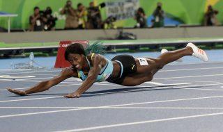 Rio de Janeiro, 2016. augusztus 16. A gyõztes bahamai Shaunae Miller elesik a célba érkezéskor a Rio de Janeiró-i nyári olimpia nõi 400 méteres síkfutásának döntõjében az Olimpiai Stadionban 2016. augusztus 15-én. (MTI/AP/Matt Dunham)