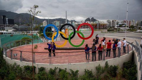 Rio de Janeiro, 2016. július 28. A Rio de Janeiró-i Olimpiai Parkban fényképezkedik két nõ 2016. július 28-án, nyolc nappal a riói nyári olimpia kezdete elõtt. (MTI/EPA/Michael Kappeler)