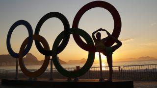 Rio de Janeiro, 2016. augusztus 6. Az olimpiai öt karika elõtt tornázik egy nõ a Rio de Janeiró-i Copacabana tengerparti strandon 2016. augusztus 6-án napfelkeltekor, a riói nyári olimpia megnyitóünnepsége utáni napon. (MTI/EPA/Yoan Valat)