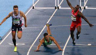 Rio de Janeiro, 2016. augusztus 16. A brazil Joao Vitor de Oliveira (k) elcsúszik az esõtõl vizes pályán a brit Andrew Pozzi (b) és a Trinidad és Tobagó-i Mikel Thomas mellett a Rio de Janeiró-i nyári olimpiai férfi 110 méteres gátfutásának elõfutamában az Olimpiai Stadionban 2016. augusztus 15-én. (MTI/EPA/Antonio Lacerda)