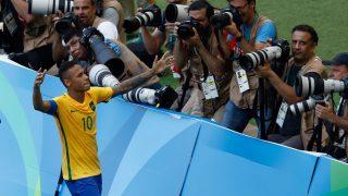 Brazil's Neymar celebrates after scoring a penalty against Honduras during their Rio 2016 Olympic Games men's football semifinal match at the Maracana stadium in Rio de Janeiro, Brazil, on August 17, 2016. / AFP PHOTO / Odd Andersen