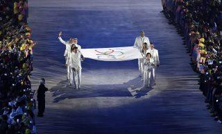 Rio de Janeiro, 2016. augusztus 6.Az olimpiai zászló bevonulása a XXXI. nyári olimpiai játékok megnyitóünnepségén a Rio de Janeiró-i Maracana Stadionban 2016. augusztus 5-én. (MTI/AP/Matthias Schrader)